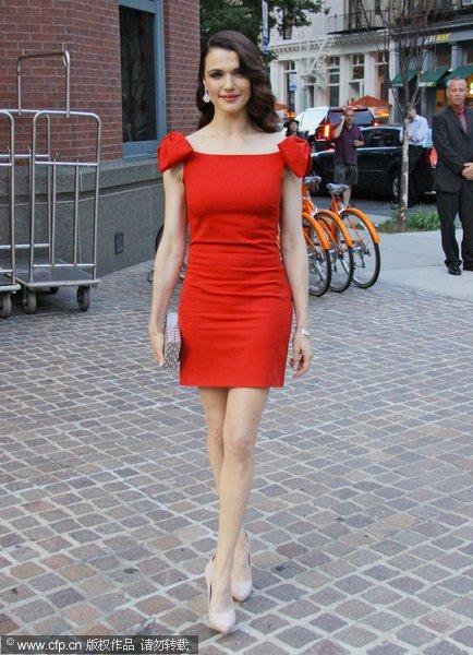 红色厚底凉鞋搭配