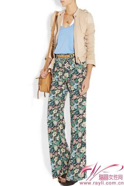 娇艳的花朵丝绸阔腿裤搭配粉彩内搭,驼色外套让你成为初秋最亮丽风景