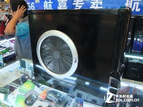 该机箱还提供了一个非常人性化的侧板风扇调速旋钮,让用户在散热和