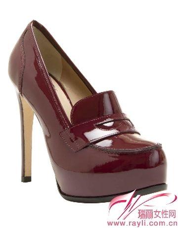 鞋头是经典的loafer懒人鞋设计,防水台设计漆皮质地大牌感十足
