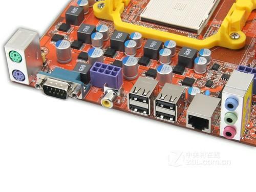 背部接口方面,主板拥有2个ps/2接口,4个usb2.