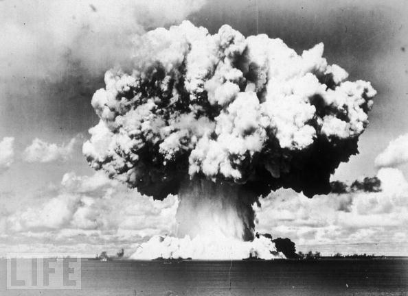 1946年7月,美国在太平洋海面上试爆了一颗核弹,图为爆炸产生的巨大蘑菇云。