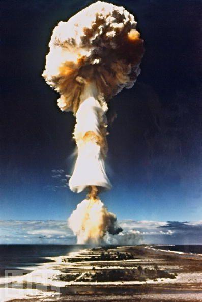 1970年,法国开始在波利尼西亚的穆鲁罗阿(Mururoa)环礁进行核爆炸试验。此外,据统计,1975年至1996年间,法国在穆鲁罗阿进行了至少123次核武器爆炸试验,并且在附近的方加陶法(Fangataufa)环礁也进行过8次核试验。