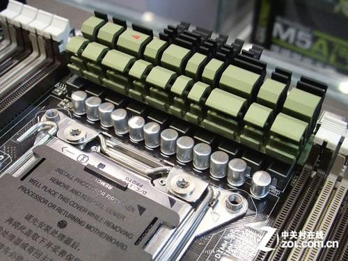 华硕 tuf sabertooth x79主板采用了14相处理器供电解决方案,使用了