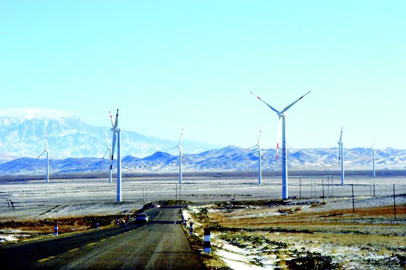 建设中的新疆塔城地区老风口风电场11月10日拍摄 。塔城地区老风口风能资源丰富,极具开发利用价值,老风口风力发电场设计规模10万千瓦,工程分三期建设,预计一期工程投资3.6亿元,可为塔城地区提供3千瓦清洁电源。 杨化光 摄