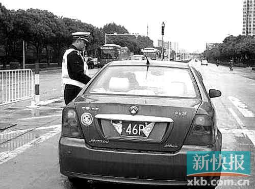 记者 陈巧艳 通讯员 杨小江 报道 珠海交警近日查获一起将车牌卷