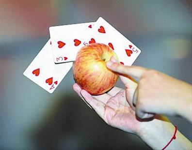 一张普通的扑克牌从他的两个手指中飞出,可击中前方数米远的目标.