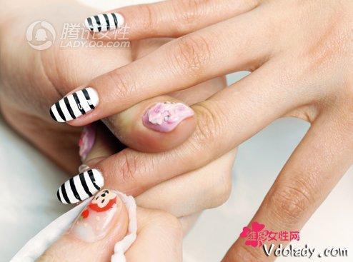 4.用化妆棉沾上洗甲水,擦掉多余的指甲油