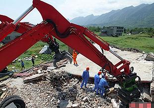 高清组图:救援机器人现身地震灾区参与救援抢险