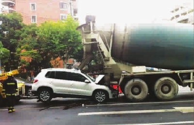 当时一辆水泥搅拌车和一辆白色途观suv车沿古北路由南向北行驶.