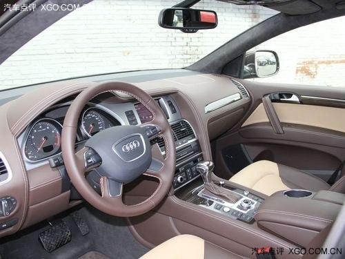 奥迪q7车内的玻璃升降开关和杯架都经过镀铬装饰,仪表盘的高清图片