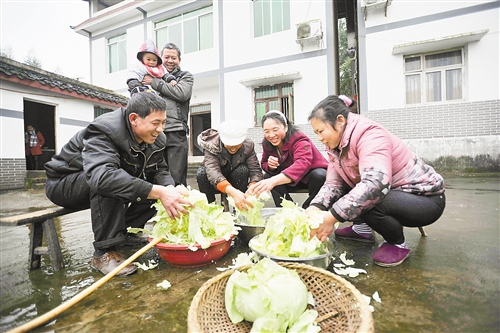 村民用清亮的自来水洗菜