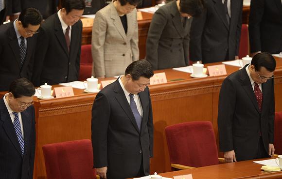 政协全体与会人员为昆明暴恐事件遇难群众默哀