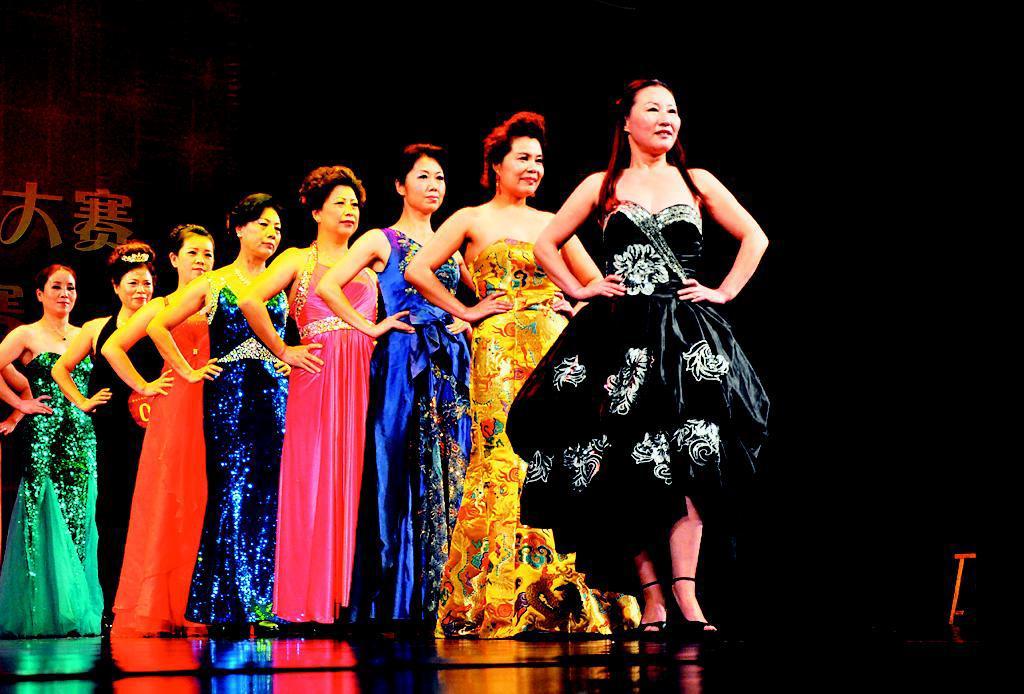 来自省城的13支中老年模特队进行了精彩角逐.