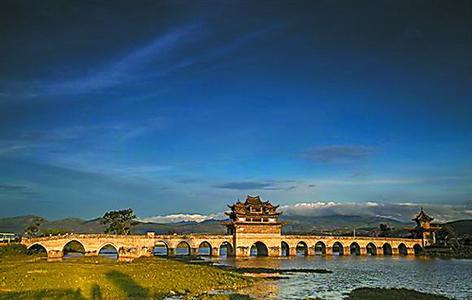 """隆中风景区位于襄阳市西的西山,据《舆地志》记载:""""隆中者,空中也."""