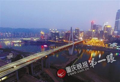 昨晚9时,美丽的千厮门大桥与渝中半岛的灯火交相辉映.(航拍图)