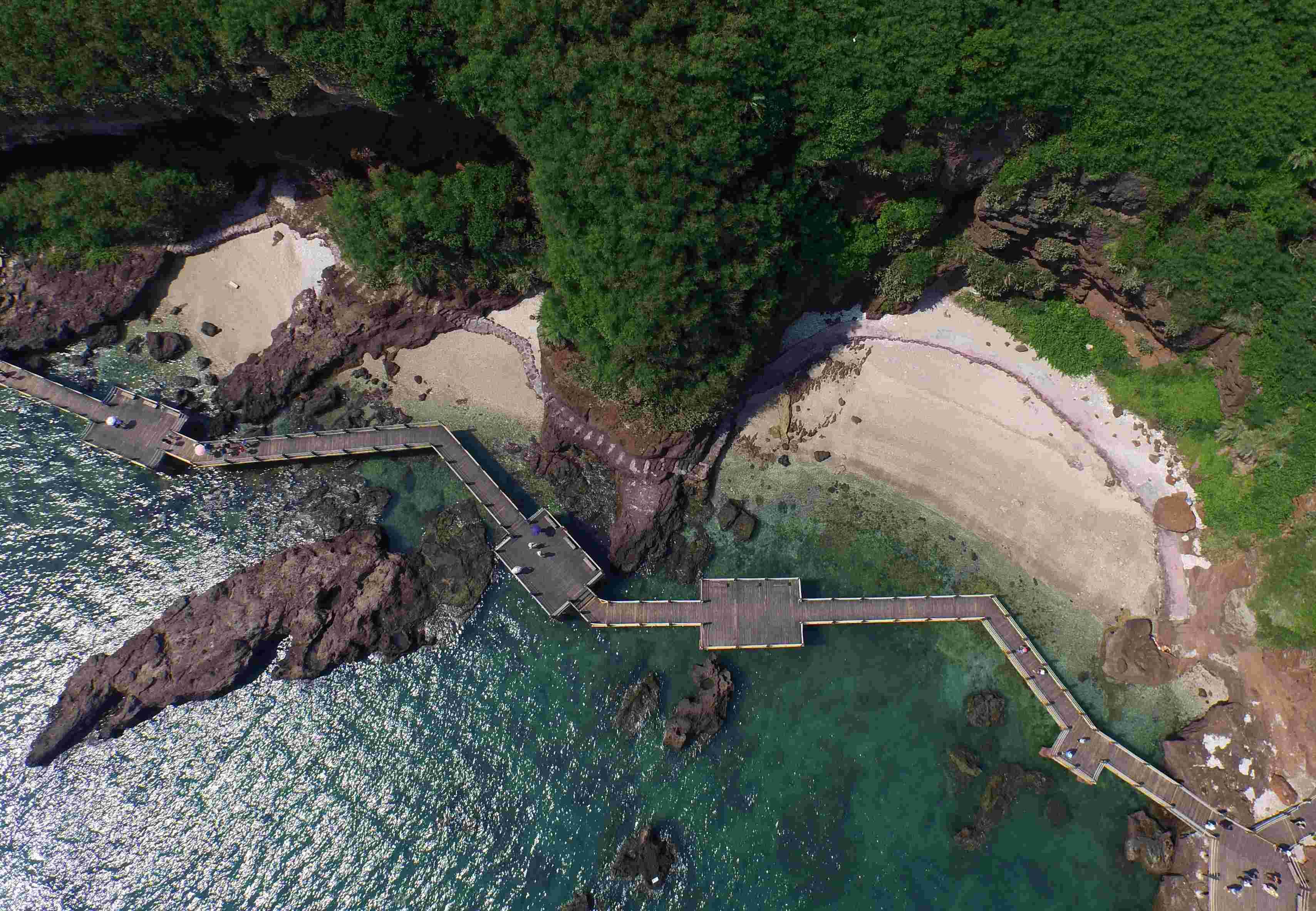 涠洲岛位于广西北海市东南面北部湾海域中,以其丰富的火山熔岩
