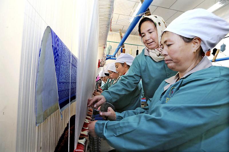 学习编织地毯 在家门口就业