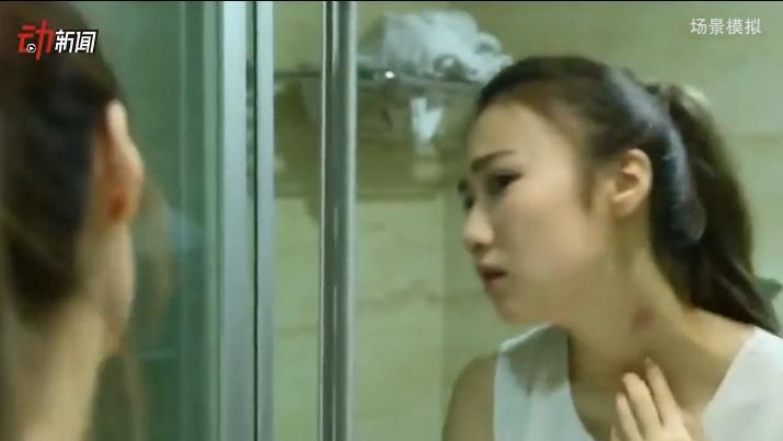 女子澡堂偷拍视频,民警在和偷拍者谈话,让其向受害人赔礼道歉。