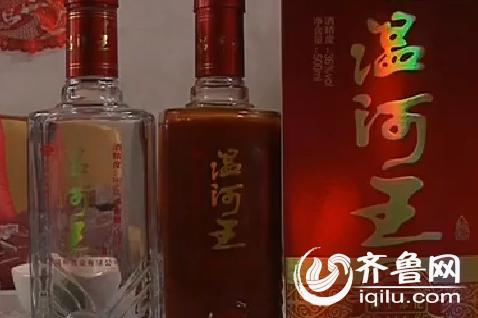 面居然盛装着暗红色的液体,酒瓶内壁上附着着暗红色的物质.(视